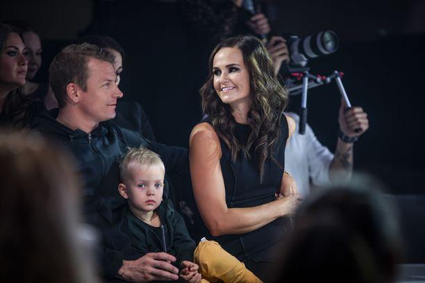 Mukana muotinäytöksen yleisössä oli myös Räikkösten Robin-poika, 3, joka oli liimautunut isänsä kylkeen.