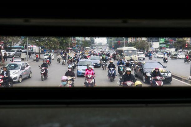 Liikenne on teollisuuden lisäksi Hanoin pahin saastuttaja. Kaupungissa on viisi miljoonaa mopoa.