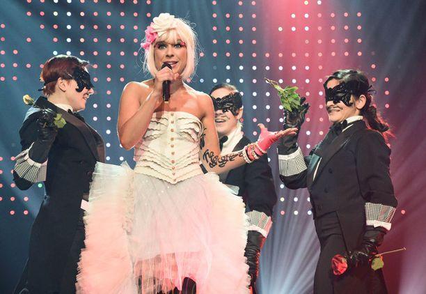 Kristan ulkoinen olemus oli huolellisesti rakennettu. Siinä oli tietoista kitschiä laulaja Pinkin tapaan.