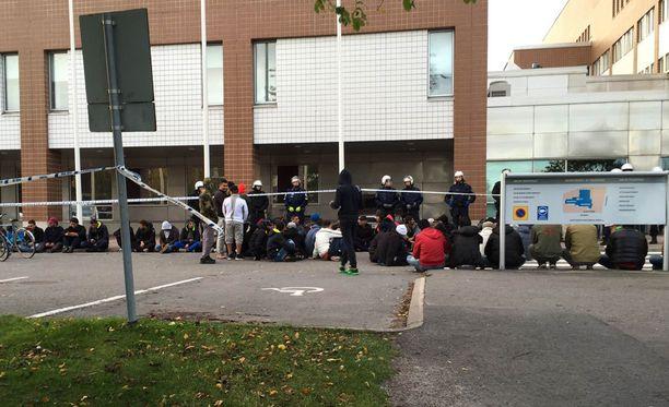 Turvapaikanhakijoiden mielenosoituksen syyksi paljastui majoitusolosuhteet.