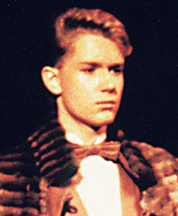 – Tässä astelen 16–17-vuotiaana catwalkilla Aira Samulinin turkis- ja korunäytöksestä. Esittelemäni nahkapuvun oli suunnitellut Kari Lepistö, joka oli kuuma nimi suomalaisella muotialalla 1980-luvulla. Itse en kyllä ollut mikään huippis!