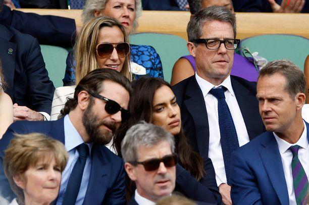 Bradley Cooperin ja Irina Shaykin vieressä istui entinen tennissuuruus Stefan Edberg. Kolmikon takana istui näyttelijä Hugh Grant kahden lapsensa äidin, ruotsalaisen tv-tuottaja Anna Ebersteinin kanssa.