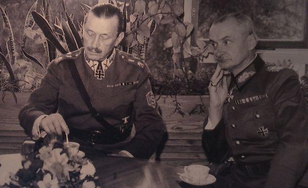 Mannerheim ja Erfurth kahvipödän ääressä.