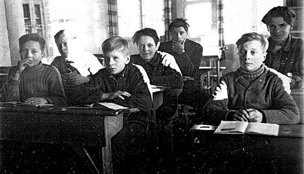 – Syksyn hienoin hetki oli, kun järvi loisti tähtikirkkaana, eikä jää kantanut viikkoon. Koska pärjäsin koulussa hyvin, sain jäädä pyytämään ansoilla pyitä, metsoja ja koppeloita. Muiden Lankojärven tiettömällä puolella asuvien piti rospuuton ajan yöpyä järven toisella puolen taloissa, joista pääsi kouluun. (Eero takana oik.)