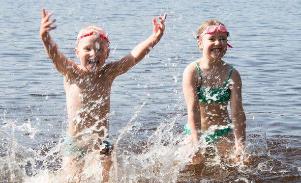 Aurinkoa ja lämmintä riittänee näillä näkymin loppuviikosta sen verran, että ranta kutsuu. Tämä vesileikki on Huhdin perheen lasten muisto viime kesältä Peltolammin uimarannalta Tampereelta.
