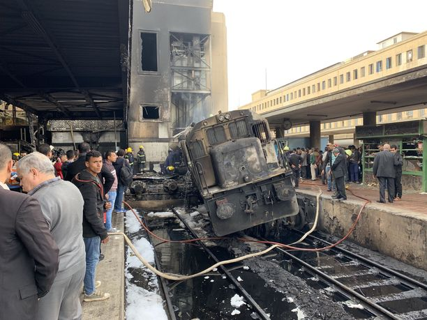Palanut juna seisoi Kairon päärautatieasemalla keskiviikkona.