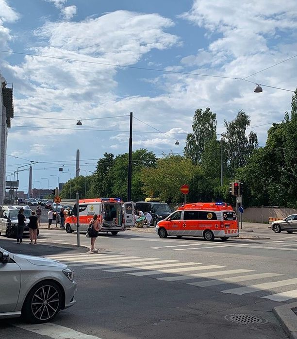 Rikospaikka oli vilkas risteysalue Helsingin keskustassa.