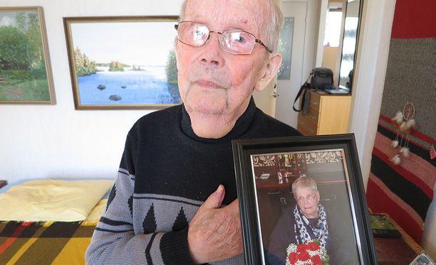Matti Puustinen hoiti omaishoitajana kotonaan kuusi vuotta MS-tautia sairastanutta Vieno-vaimoaan, joka kuoli kolmisen vuotta sitten.