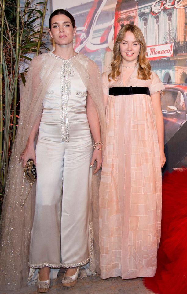 Charlotten juhlatyyli muistutti 60-lukua. Vierellä siskopuoli, 16-vuotias Alexandra.