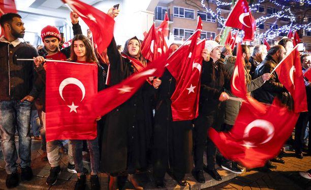 Ihmiset osoittivat mieltään Turkin konsulaatin edustalla Rotterdamissa lauantai-iltana.