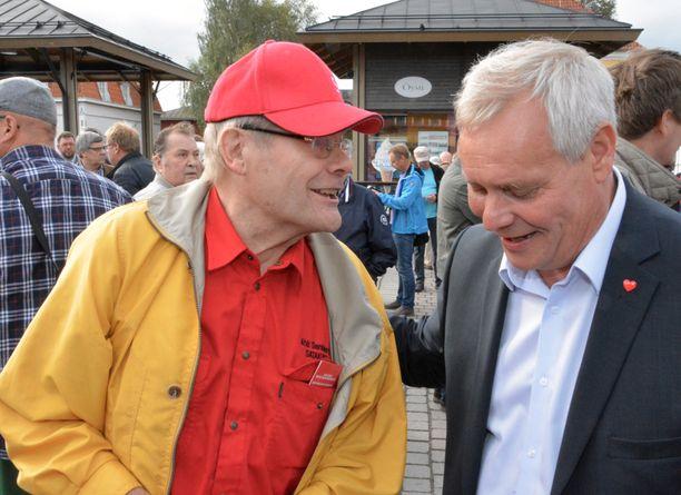 Antti Rinne tapasi Rauman torilla muun muassa pitkän linjan paikallisen demarivaikuttajan Ahti Santaharjun.