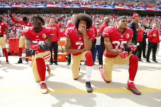 San Francisco 49ers ja erityisesti Colin Kaepernick (kesk.) ovat olleet polvistumiskohun keskiössä. Philadelphia Eagleseista yksikään pelaaja ei viime kauden aikana tehnyt mitään mielenosoituksellista ennen pelejä.