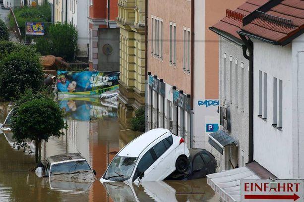 Saksassa tulvan alle on jäänyt lukemattomia autoja.