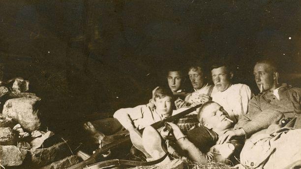 Kekkonen ystävineen retkeilemässä Kongasjoella vuonna 1919. Kuva on ilmeisesti otettu teltasta tai laavulta.