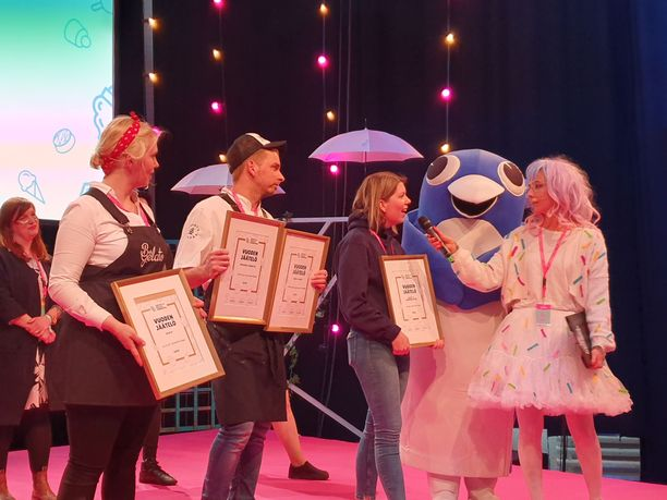 Vuoden parhaiden jäätelöiden valmistajat pokkasivat kunniakirjat lauantaina Jäätelökarnevaaleilla. Lavalle nousi myös Pingviini.