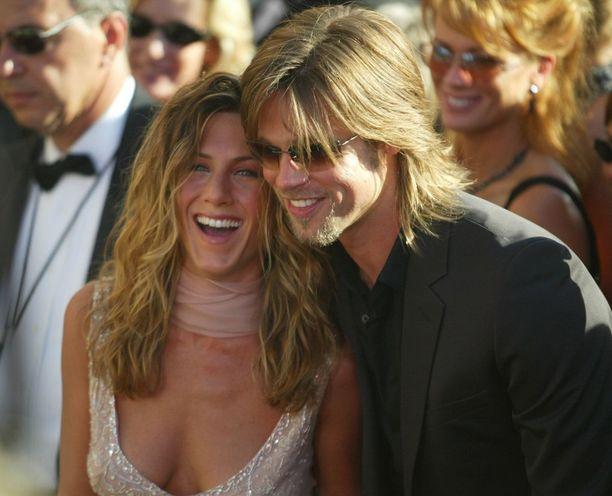 Parin hiusväri on niin samannäköinen, että voisi kuvitella sen tulevan samasta purkista - Jennifer kun on oikeasti brunetti.