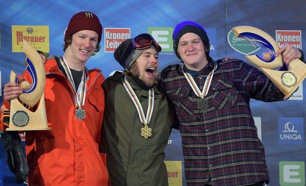 Roope Tonteri (keskellä) otti uransa kolmannen MM-kultansa lumilautailussa.