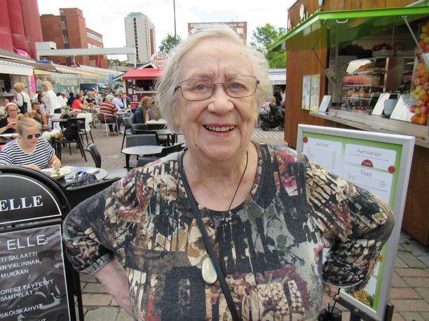 91-vuotias Kirsi Kunnas kritisoi ikärasismia vastaan ja haluaisi pois hyllyltä yleisön eteen lukemaan runojaan.