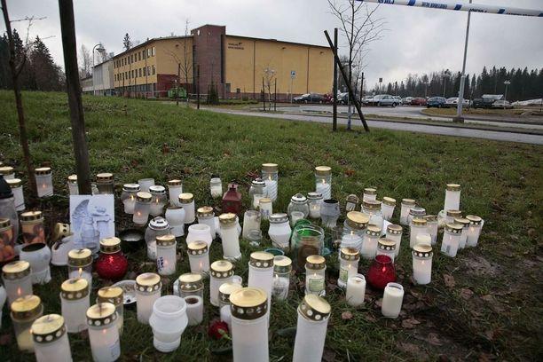 Jokelan koulukeskuksessa marraskuussa 2007 tapahtunut joukkosurma järkytti suomalaisia. Tekijänä oli koulun oppilas, 17-vuotias Pekka-Eric Auvinen, joka ihaili väkivaltaa ja koulusurmaajia.
