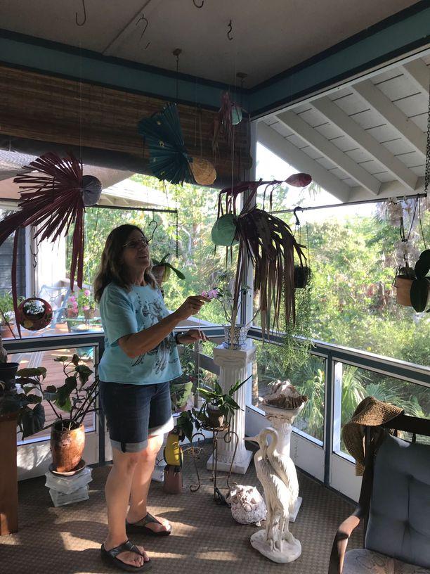 Leslie Alterin talon terassilla roikkuu kookospähkinöistä ja palmunoksista koottuja trooppisia kaloja, joita hän on maalannut ja myynyt sadoittain.