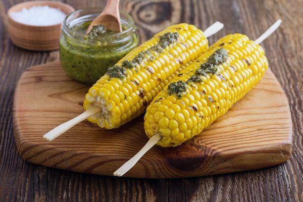 Jos pidät pestosta, kokeile sitä myös grillatun maissin kanssa.