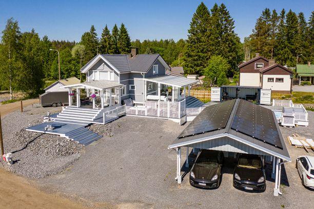 Talon pihamaalla on paljon terassialuetta. Autotallin katolle on asetettu aurinkopaneelit.
