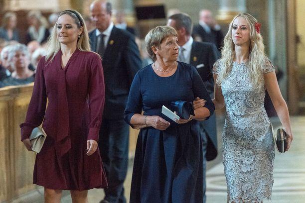 Siskosten isoäiti Brit Rotman saapui kirkkoon Linan ja Saran vierellä.
