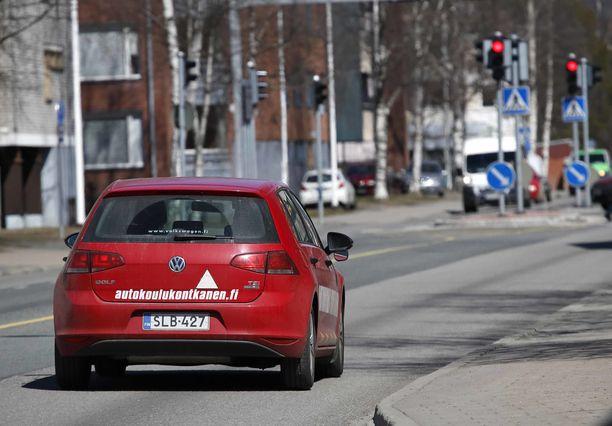Autokoulujen ajokorttihinnat laskivat reilusti heinäkuussa voimaan tulleen lakimuutoksen takia.