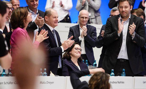 Nahlesin SPD on mukana Angela Merkelin kristillisdemokraattien johtamassa hallituksessa.