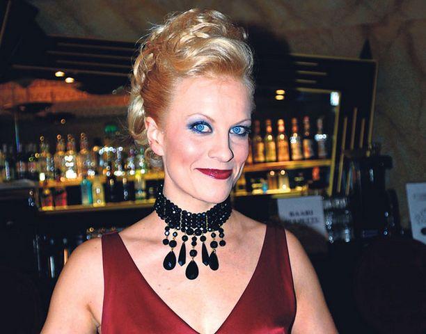 Laura Voutilaisen Linnan juhlien puvun on suunnitellut Riia Lampinen.