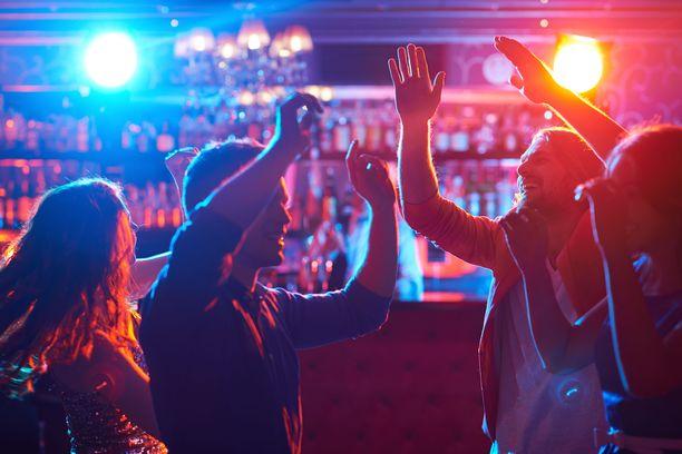 Asiantuntijan mukaan kovalla oleva musiikki saattaa tehdä tapahtumasta viruslingon, sillä pisarat leviävät musiikin yli huutaessa.