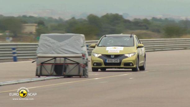 Autojen automaattinen hätäjarrutus toimii, jos kuljettaja ei reagoi esteeseen.