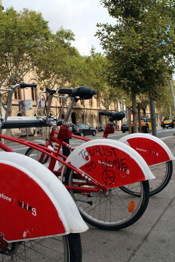 Kantaaottavaa vandalismia näkee yhä Plaza de Catalunya -aukiolla.