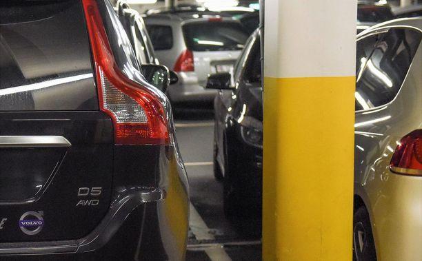 Nykyautoille turhan ahtaat parkkiruudut kiristivät espoolaistalon asukkaiden välejä. Kuvituskuva.