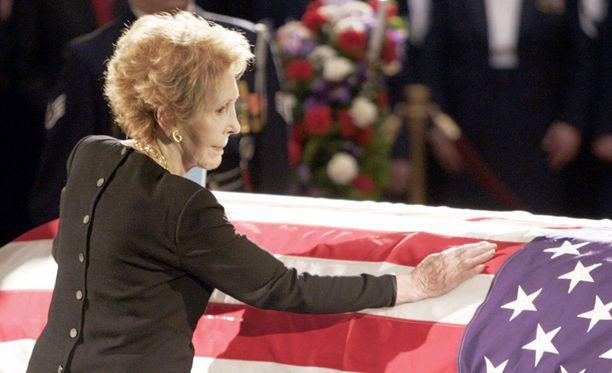 Nancy Reagan miehensä Ronald Reaganin hautajaisissa vuonna 2004.