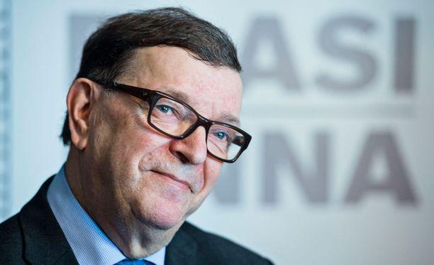 Paavo Väyrynen vie keräämänsä nimet pian oikeusministeriöön, kertoo Väyrysen avustaja.
