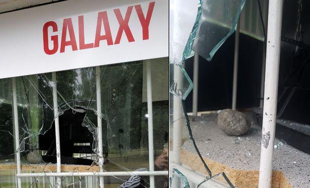 Turkulaisen pizzeria Galaxyn ikkunaan oli heitetty kivi.