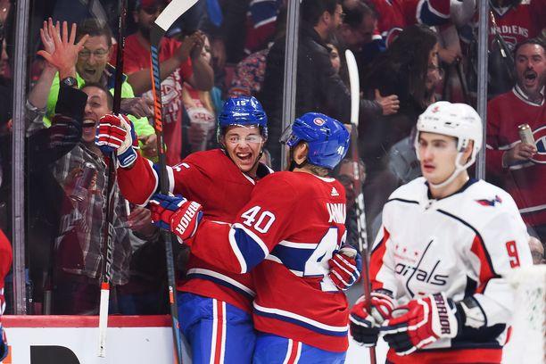 Jesperi Kotkaniemi pääsi juhlimaan NHL-uransa ensimmäisiä maaleja ja voittoa hallitsevasta Stanley Cup -mestarista.