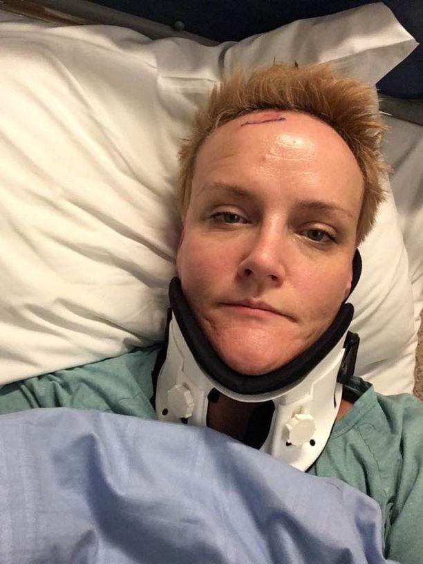 Kreetta Papula sairaalassa, kun tarkemmassa röntgenkuvauksessa selvisi kahden niskanikaman murtumat.