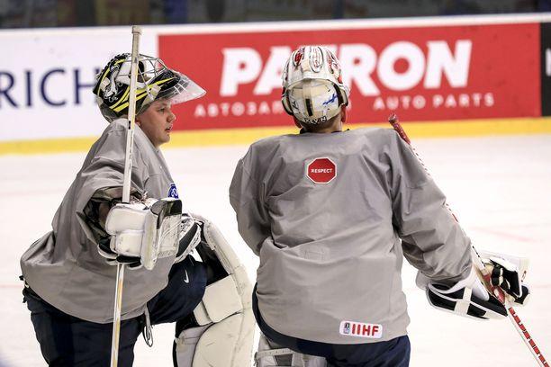 Veini Vehviläinen (kuvassa vasemmalla) ja Kevin Lankinen juttusilla Leijonien harjoituksissa sunnuntaina.