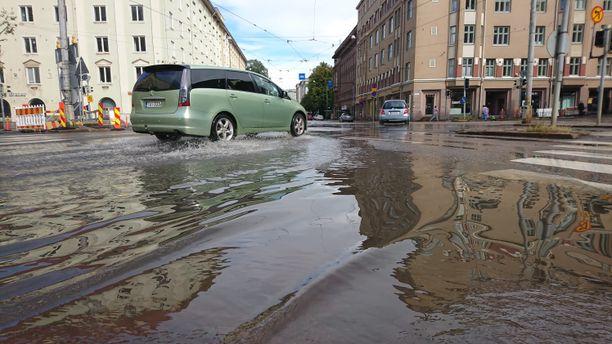 Sadevesi aiheutti isoja lätäköitä Helsingissä lauantaina.