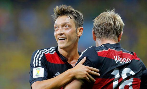 Saksa murjoi Brasiliaa ensimmäisellä puoliajalla.