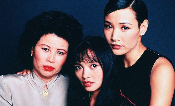 Le Ly Hayslipiä (vas.) esittää elokuvassa Hiep Thi Le (kesk.). Joan Chen nähdään myös elokuvassa.