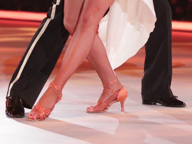 Kahdelle tanssivalmentajalle annettiin kirjallinen varoitus epäasiallisesta käytöksestä.