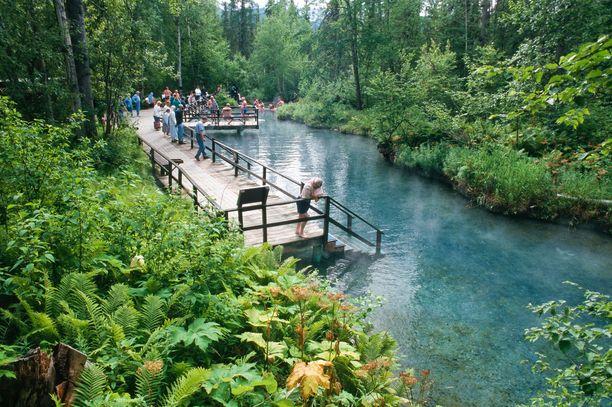 Liard Hot Springs tunnetaan kuumista lähteistä. Kansallispuiston vierestä kulkee Alaskan moottoritie.