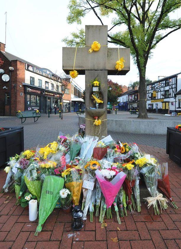 Ihmiset toivat kukkia Salfordin keskustaan Henningin muistolle.