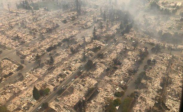 Kokonainen kaupunginosa on tuhoutunut Santa Rosassa.
