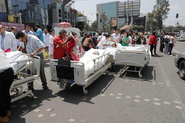 Potilaat saivat hoitoa sairaalan ulkopuolella järistyksen jälkeen.