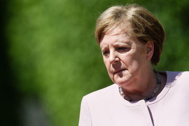 Berliinin lämpö oli ilmeisesti liikaa auringossa kansallislauluja kuunnelleelle Angela Merkelille.