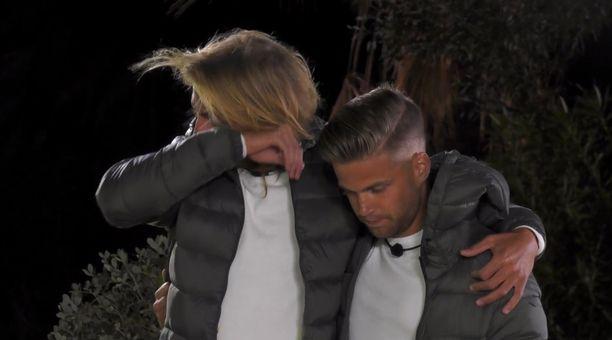 Patrick (vas) pyyhki kyyneleitä, kun Sami joutui kotiin.